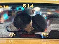 浅野忠信,仲里依紗タクシー内で抱擁