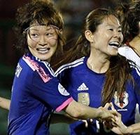 ゴールを決めた阪口(左)と喜ぶ澤