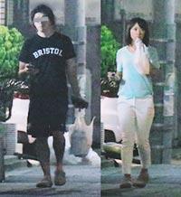 同じサンダルを履いている写真