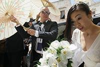ボディーガードが白い和傘で宇多田を隠す