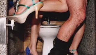 マン・U トイレでセックスビデオを撮影