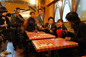 倒れる直前に食事をしていたイタリア料理店で報道陣の質問に答える店員